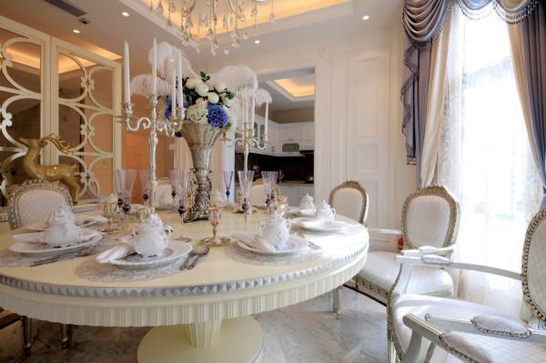 餐厅的设计,白色的餐桌椅搭配I一些精致的餐具,镜面墙的设计拉伸整个空间,搭配淡紫色的窗帘营造一种梦幻的用餐环境