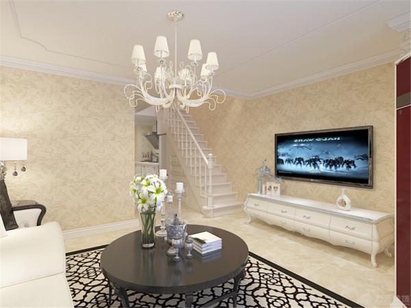 由于电视这面墙较短,并没有做电视背景墙造型。二楼主卧室空间相对更佳雅致些,同样是浅黄色的欧式壁纸墙面,顶面做了石膏线圈边,浅色浪漫的欧式床品以及白色的衣柜都透露着业主的优雅。