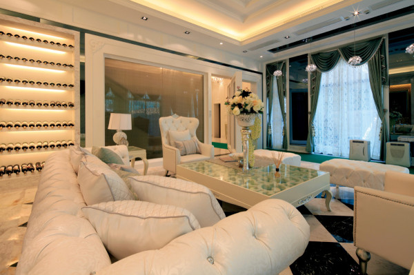 会客间的装修设计,沿用白色的色调,墨绿色的窗帘让整个空间有种贵族气息,镜面的背景墙以及酒鬼的设计相得益彰