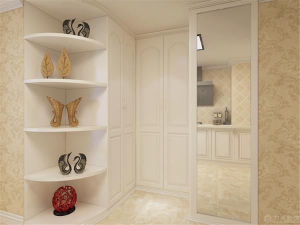 沙发背景强面同样做了欧式的造型线,整体空间都是采用了欧式的浅黄色壁纸显得空间更加雅致。沙发同样是很有特点的欧式沙发,背景墙上的装饰画对整个空间起到了点睛之笔的作用。