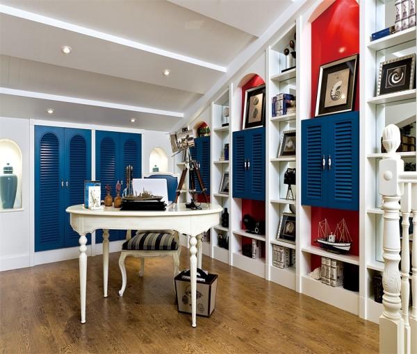 阁楼做成储物空间,兼并了书房功能。
