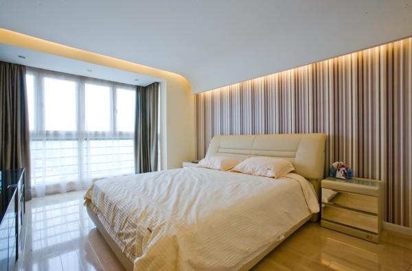 卧室:天花边缘无声地垂落下来,温柔地守护梦境。灯槽暗藏在天花四周,让光线朦胧柔和,非常适合卧室的睡眠氛围。