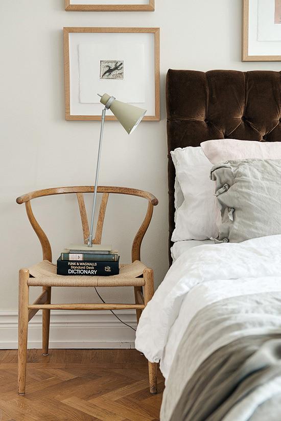 床边以一把实木椅代替了床头柜,功能至上,睡前阅读同样能满足。
