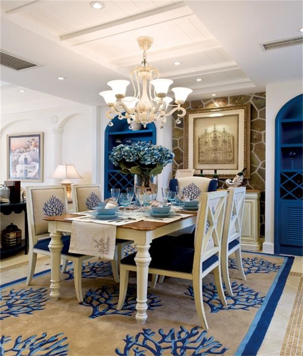 餐厅的吊灯选用欧式风格的吊灯,餐桌背景墙欧式味道。