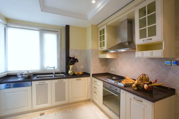 把原始厨房的空间扩大,原始厨房位置外是设备间,使用上特别不适,既影响采光又影响通风。