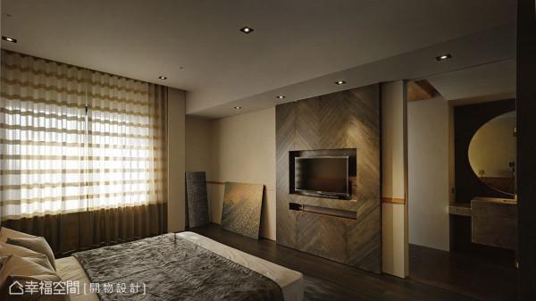 电视采内嵌手法成为墙面装饰的一部份,杨竣淞/罗尤呈设计师更考究对花纹里,形塑深浅立面的细致层次。