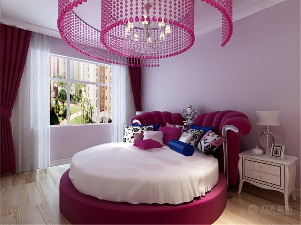 主卧室采用淡紫色的墙漆,为婚房增加一些情调。