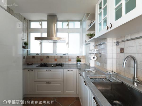 优雅柜面线板结合活泼色调的砖面,完全体现屋主对于烹饪与美感的要求