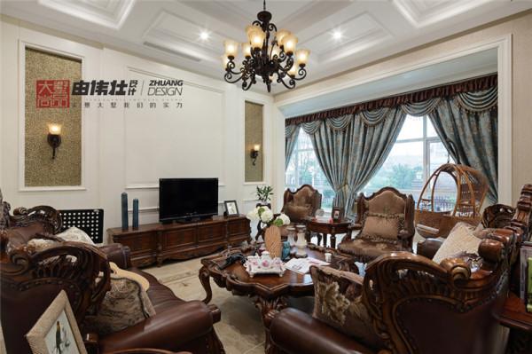 客厅作为待客区域,要求简洁明快,大大的落地窗保证了光线充足,美式木饰桌椅充满了历史感,墙上错落有致的装饰框与之相辉映,使整个客厅环境贵气而不失艺术感。
