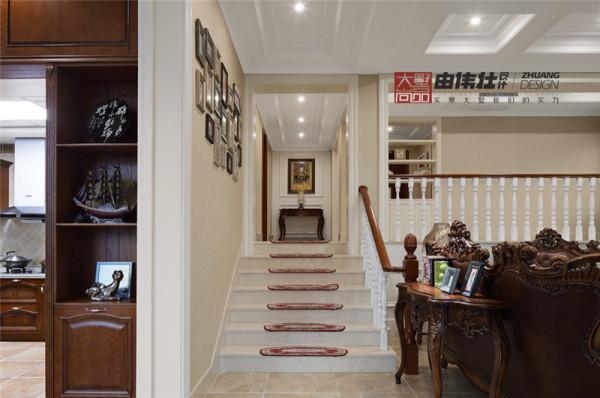 楼梯瓷砖处贴心的铺上了防滑地毯。