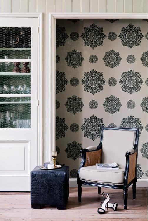 适合装饰客厅、书房,产品选用典雅的米素色来搭配,整个空间彰显沉稳、质朴的居家氛围,壁橱内的精致水晶杯、色彩相近的布艺座椅,欧式风格的独有韵味油然而生,图片来源格莱美《贝尔蒙特》系列。