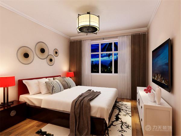 卧室柜子是定制的用上好的硬木,造型稳重端庄,做工细致,顶面灯具很能体现中式,床头背景墙的现代装饰,使整个居室在浓浓古韵中渗透了几许现代气息风格韵味。卧室整体的颜色设为暖色调,进入给人一种很温暖的感觉。