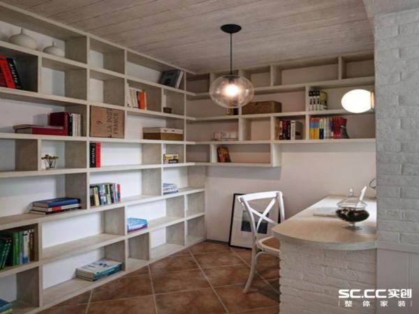 利用书房的墙面打造敞开式的书架,完美解决书籍收纳问题,错落的格子营造出层次和立体感;地砖装修一改中规中矩的平行排列方式,采用指向墙角的倾斜布局,增强了空间感。
