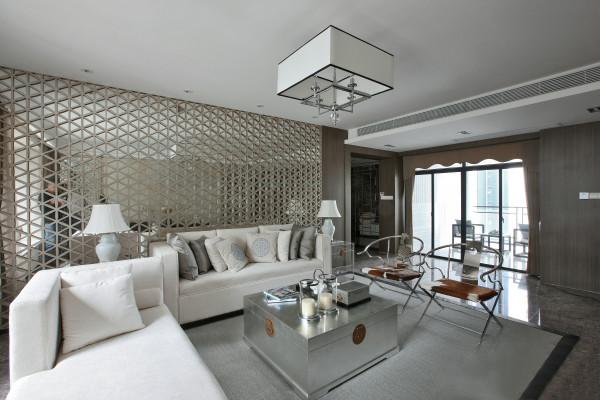 客厅家具有现代的沙发,中式框架的椅子与茶几以现代感的表现形式体现,完美体现出新中式的味道,使房间整体感觉明快透亮。书房以稳重的感觉,家具的颜色也偏重一些。