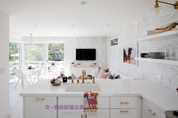 经过Kirsten Marie的改造,整个家现在焕然一新,设计师重新更换地板和墙面的颜色,柔和轻盈的米白与窗外的阳光交相辉映,让空间变得明亮宽敞。