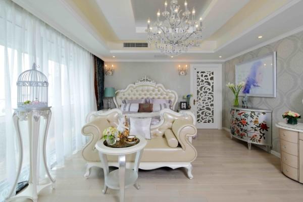 主卧室依旧沿袭了清新自然的风韵。花瓶摆放和植物装饰图案相映成趣,家具却选用了非常温和的米色系,使空间的静谧舒适度大大提高——大面积的落地窗使得室内光线充足