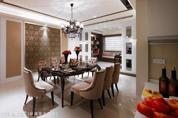 以温润大地色系铺陈餐厅的场域温度,古典图腾壁纸让空间氛围更显雍容贵气。