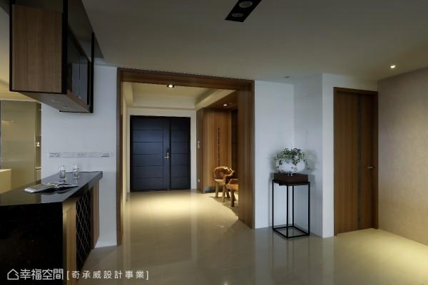 在客厅与玄关之间特别安排一处暂缓区,让都会的人们得以惬意放慢脚步,留意空间的美好细节。