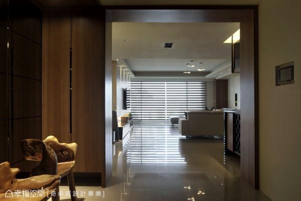 透过整片落地窗设计,引入充足的自然光源,宽敞大器的格局安排,让整体空间自然展现流动的气息。