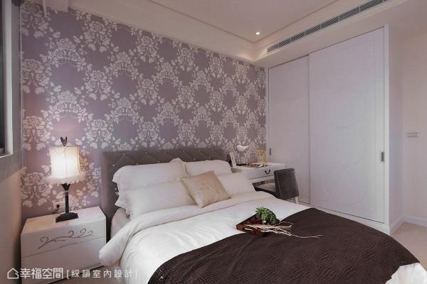 整体素净的场域基调,仅以紫色图腾壁纸作为床头背墙的点缀,简单塑造卧室的主题性。