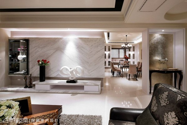 于电视墙面一侧规划展示区域,黑与白的对比搭配灯光的投射,创造时尚精品质感。