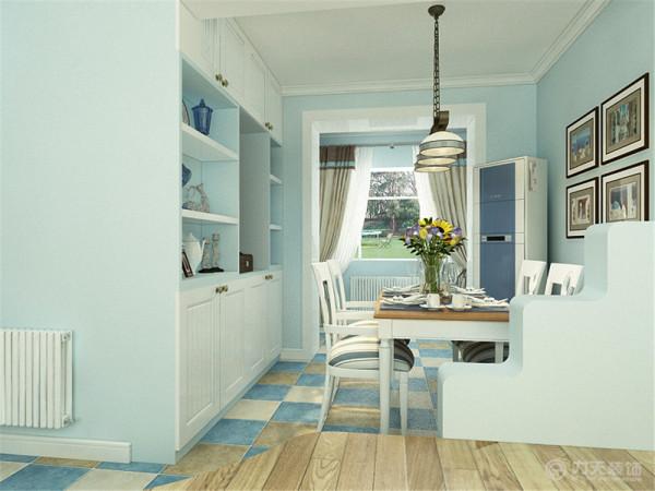 主卧室贴的浅蓝色的壁纸,地面是浅色的木地板,阳台放了转角的书桌另一面是书柜,床选择了铁艺的床后面是照片墙。