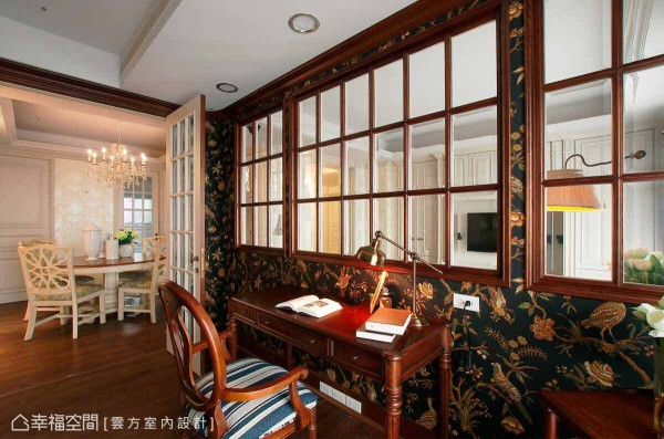 以「雪茄房」为设计概念,特别挑选以黑色为底、花鸟图腾的壁纸,演绎空间的低调及尊贵属性。
