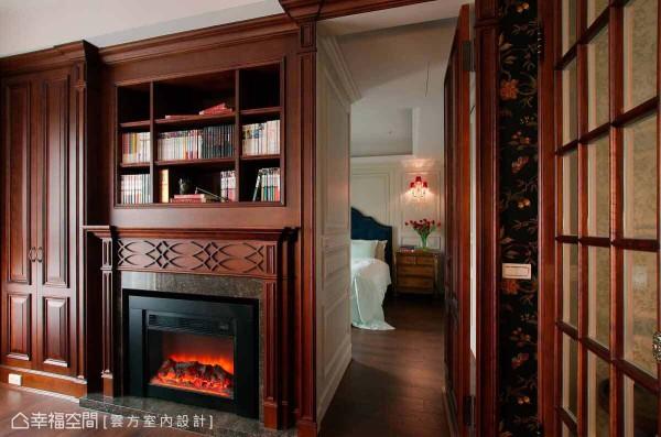 书房壁炉的两侧,为对称式的柜面造型,其右方的柜面更设计一道隐藏门,作为通往主卧的动线。