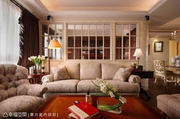 具穿透感的玻璃格状矮墙,区分客厅与书房的场域属性,也让视觉景深放大延伸。