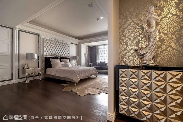 入门的小玄关端景带入奢华的雾金色元素,与卧房内银色的优雅新古典气质,有着层次性的美学呼应。