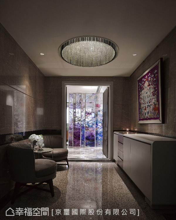 大门入口处开始,便以画作、华美的天花灯饰与风格座椅围塑一处充满美学的迎宾区。