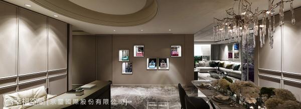 京玺国际替屋主打造一面时尚包款的展演墙,华美质感与空间里的色彩、优雅氛围相互呼应。