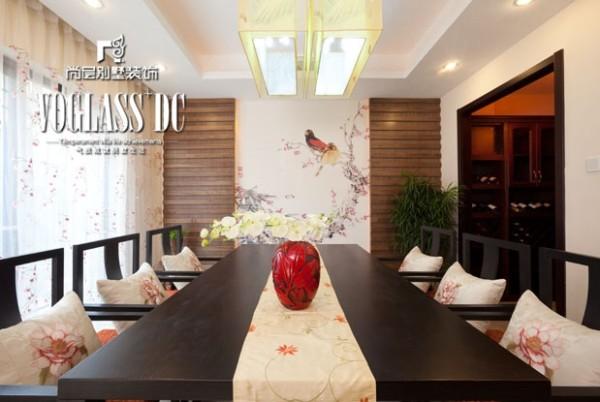 在装饰细节上,崇尚自然情趣,花鸟、鱼虫等精雕细琢,充分体现出中国传统美学精神,营造出移步换景的装饰效果。这种装饰手法给空间带来了丰富的视觉效果。