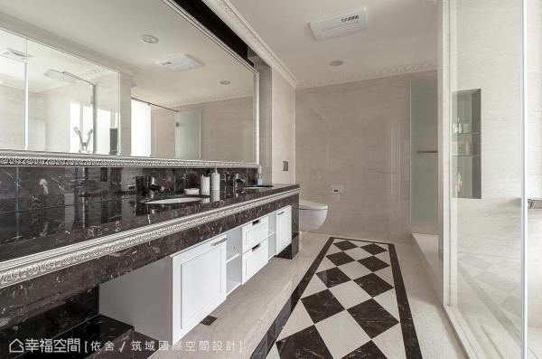 延续银色与灰阶的风格表现,主卧卫浴规划双洗手台、蹲式马桶、坐式马桶,以及完整的淋浴、泡澡机能。