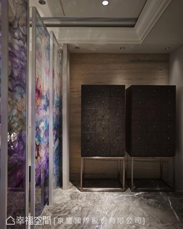 朴实之中又闪耀着金属光泽的家饰,结合艺术感的屏风,打造一处迷人的视觉端景。