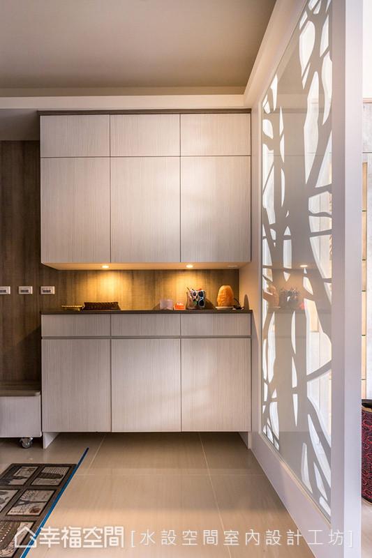 柜体中央特别挖出一道展示空间,打破制式的墙面结构,加上花窗艺术般的屏风,形塑迷人的艺术端景。