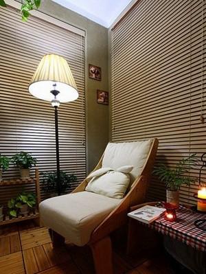 百叶窗帘所环绕的空间内,暖色调灯光照明下,舒适的座椅就能让人在这里静静读上一本好书。有没有想过把书房与绿植相结合,其实这样更有助于阅读哦。