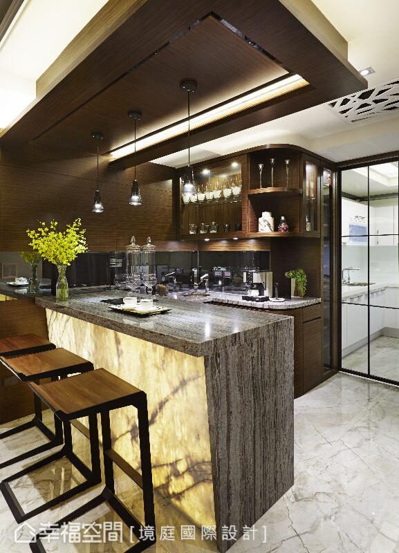 以蓝木纹石材为吧台台面,下方则选以轻透质感的石材,并内嵌入灯光照明,提升用餐的氛围情韵。