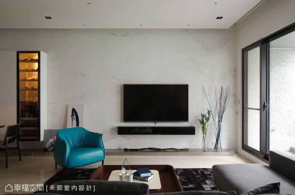 设计师陈弘芫演绎屋主对于美感的喜好,以澳洲白大理石为底,刻划出干净的线、面表现。