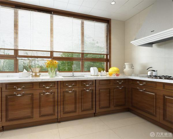 厨房则配以木色定制橱柜,加以集成灶,显示了现代的富丽大气