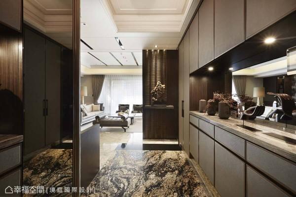 地坪采用独特纹理的大理石,搭配两侧柜体的皮革质感,赋予玄关独特气质并兼具机能性。