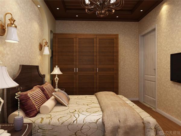 墙面采用了大理石上墙,更能凸显空间的层次感与厚重感,有条理。沙发背景墙用欧式柱子搭配两幅挂画做为点缀,符合美式田园的古典风格与清新自然的气息,使整体空间不那么空旷。
