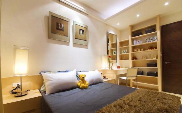 床头壁面仅以单纯的挂画装饰空间,空间舒适安静。梳妆台一侧设置收纳格柜,方便延伸收纳使用。
