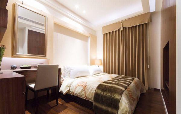 简洁的线条让睡眠空间更舒适,梳妆台与壁柜呈L型延伸,放大台面上的空间,让使用更便利顺手。
