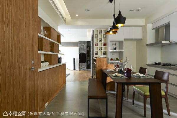 吧台的高低差设计,较高的一面作为轻食吧台,另一面则为厨房台面的料理空间。