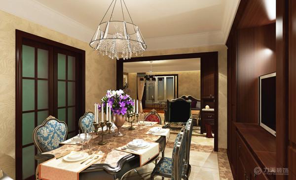 餐厅的空间很充足,在餐厅设计一个储物柜来满足日常的收纳。