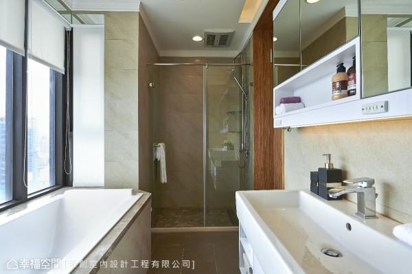 在既有的洗手台上方规划入收纳镜柜,同时有插座、照明功能,补足屋主希望的机能安排。