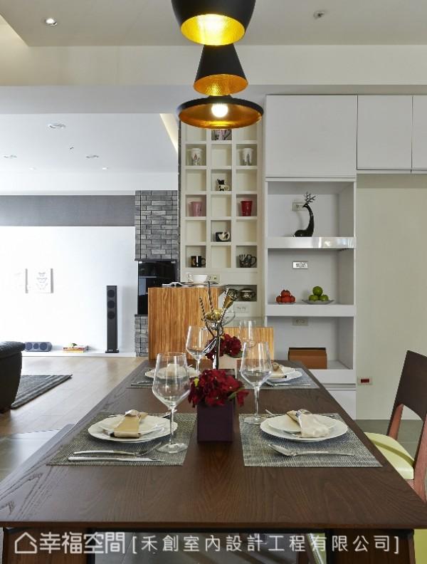 厨房电器柜旁,镶嵌在文化石厚度中的马克杯展示墙,将收纳化作缤纷多彩的摆饰端景。