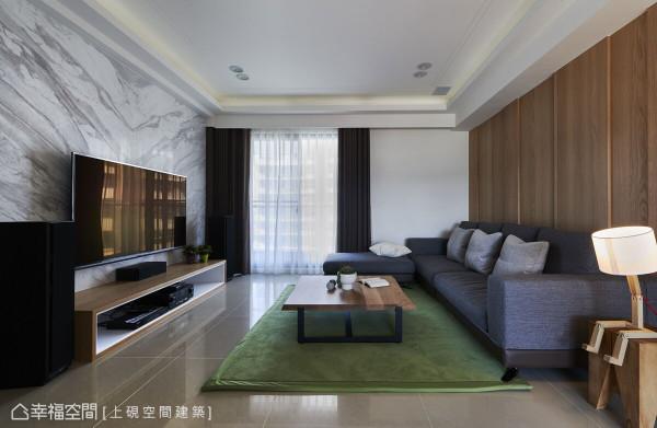 沙发背墙透过木作呈现线条堆栈的立体层次感,同时与相对的电视墙带来冲突的对比。