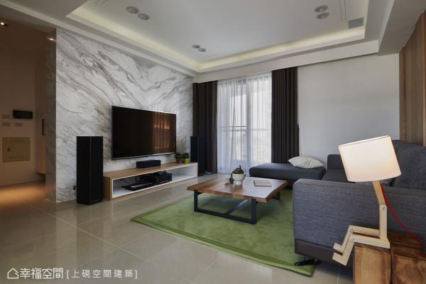 采用银狐大理石为材质,并刻意多拉出45公分墙面做转折延伸,创造出大气开阔的电视主墙效果。
